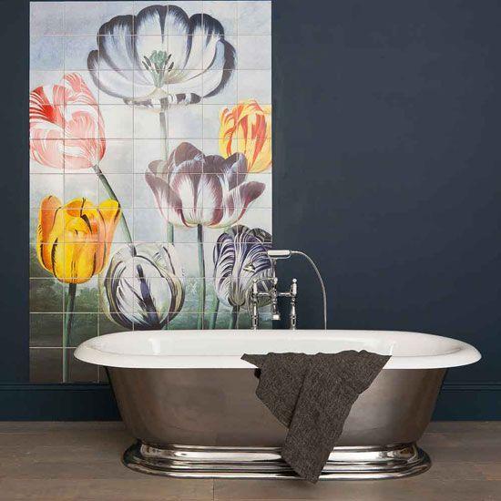 Добавление эффектности ванной комнате, используя плитки с цветочным принтом