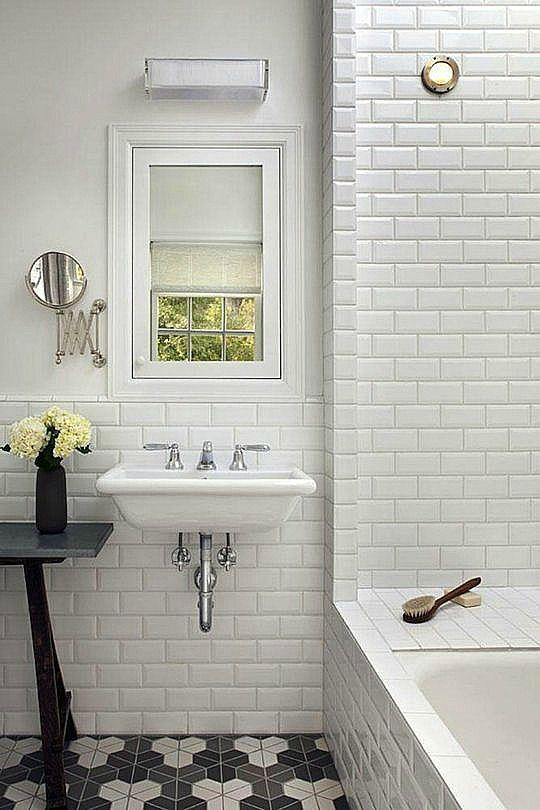 Использование забавной плитки на полу ванной