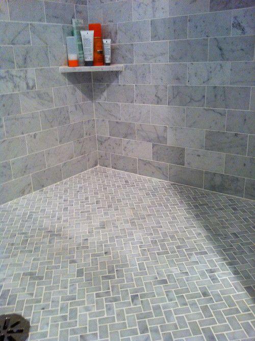 Оформление ванной комнаты плиткой разного размера на стенах и на полу
