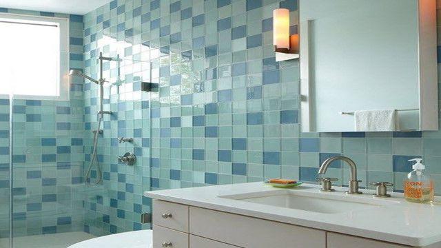 Оформление стеклянной плиткой стен в ванной