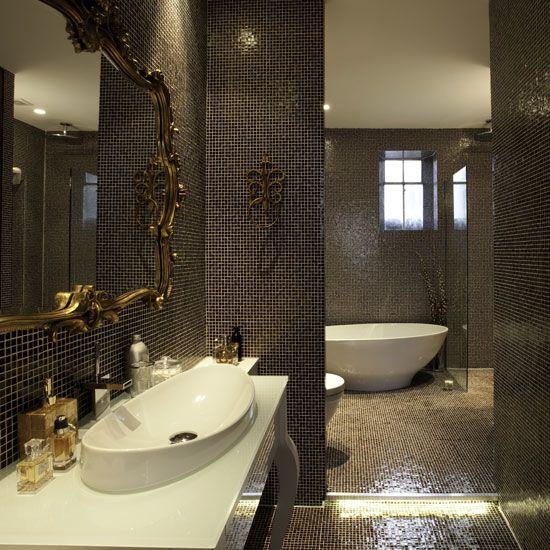 Использование темной мозаичной плитки в ванной комнате