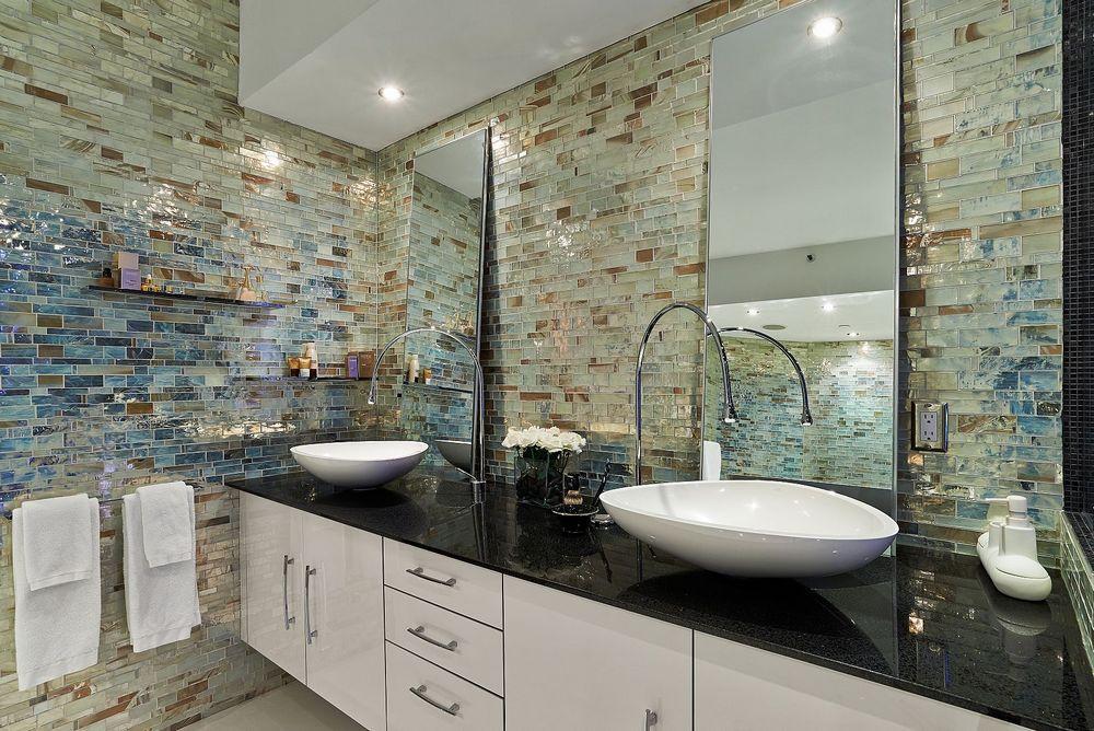 Оформление стеклянной плиткой разных цветов ванны
