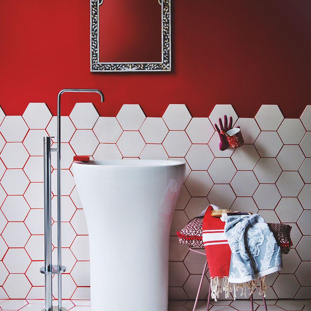 Сочетание белой шестиугольной плитки и красной затирки