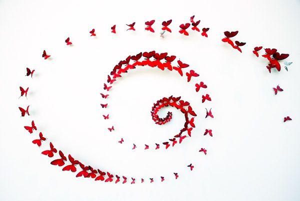 Бабочки на стене в виде спирали