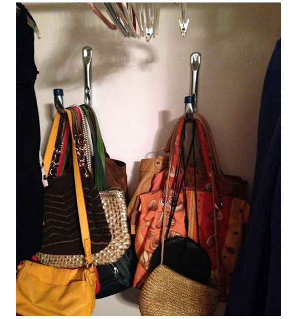 Вешаем сумки на крючки в шкафу