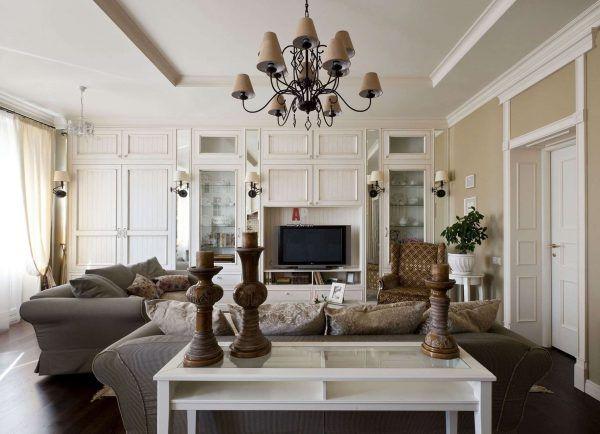Гостинная с коричневыми декоративными элементами