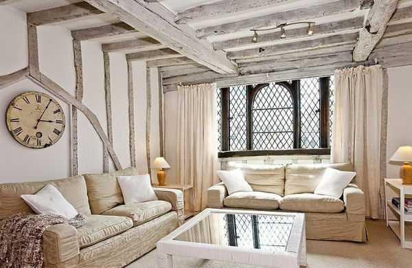 Классический прованский потолок – белая поверхность с прикрепленными декоративными деревянными балками