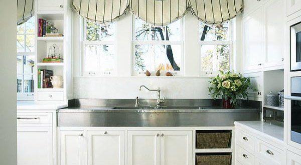 Короткие занавески над кухонной плитой и мойкой (рабочей зоной)