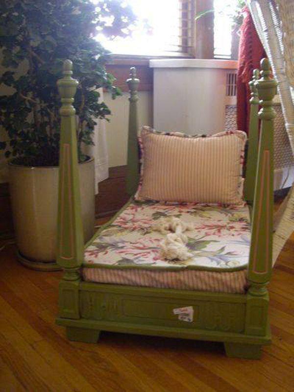 Кровать для малыша из перевернутого стола