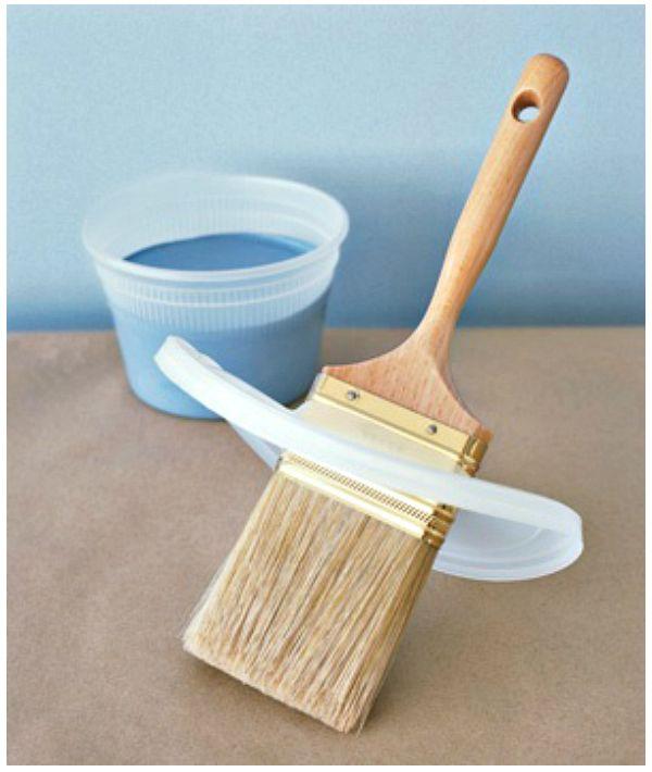 Пластиковая защита от краски на кисточке
