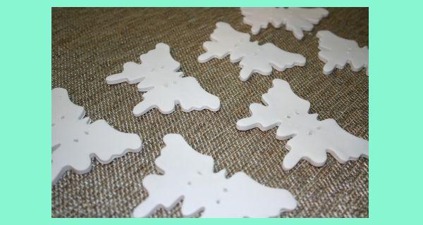 С помощью формы для выпекания вырезаем заготовки в виде бабочек