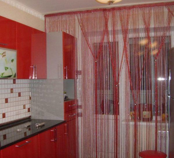 Шторы, выполненные в виде нитей под цвет кухни