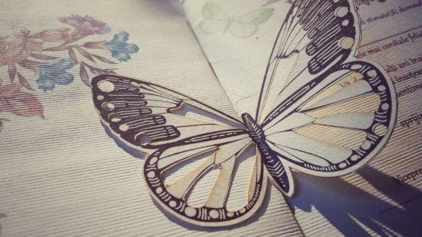 Декорация в виде бабочки из картона