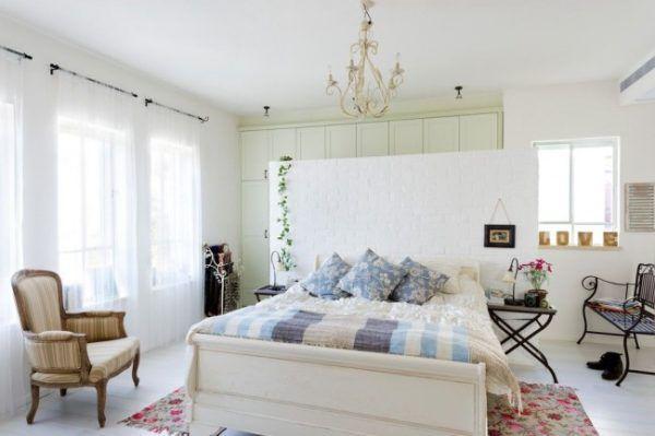 Спальня в стиле прованс с белыми, голубыми и бежевыми оттенками