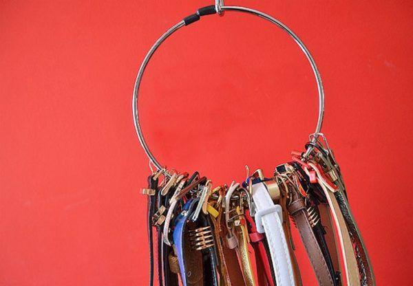 Вешалку в форме кольца используем для ремней и поясов