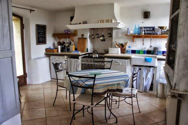 Кованные изделия в виде кухонных стульев и стола