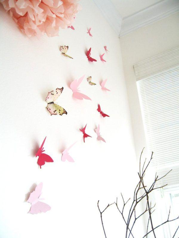 Декорации из бумаги на стене в виде бабочек