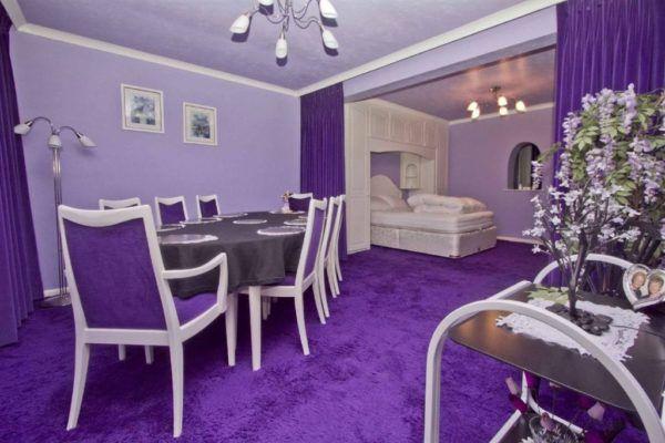 Перегруженный интерьер с фиолетовым оттенком