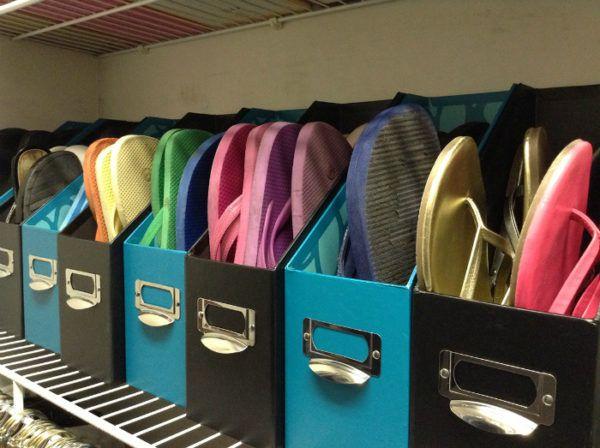 Хранение летней обуви в подставках для журналов