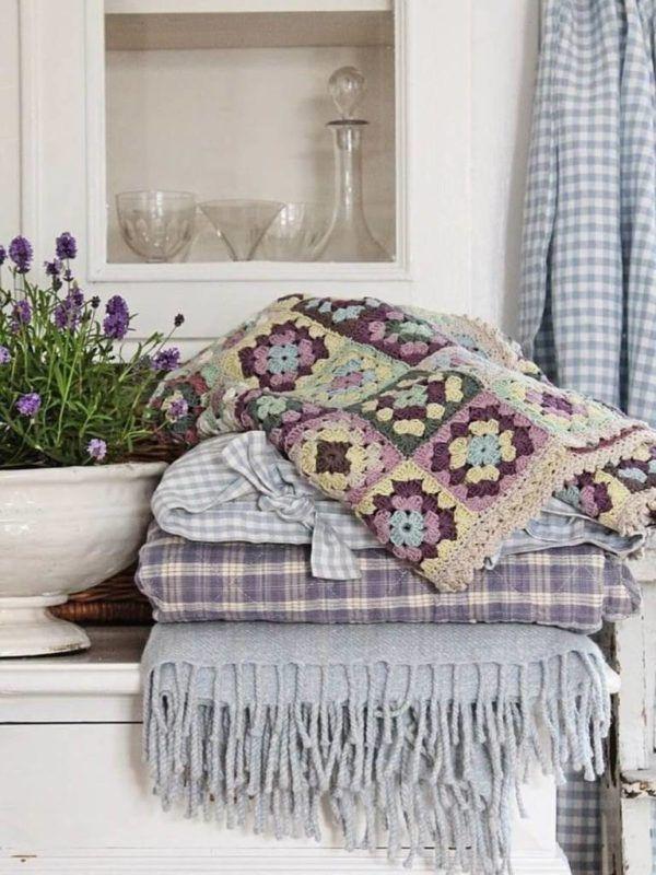 Деревенское направление из натуральных тканей в текстильных элементах