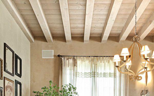 Прованский потолок с декоративными деревянными балками