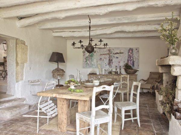 Прованский потолок с деревянными балками, окрашенными и сохраненными в первоначальном природном виде