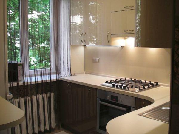 Небольшие прозрачные занавески для маленьких кухонь