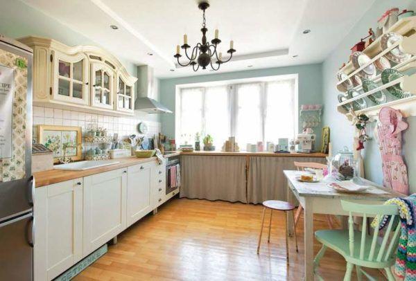 Кухня с широкими окнами и открытой расставленной посудой на полочках