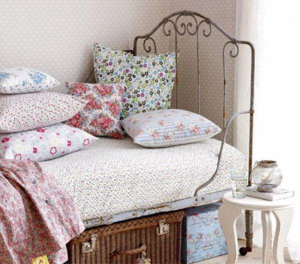 Элементы текстиля (пледы, покрывала, подушки) создающие ощущение уюта и покоя