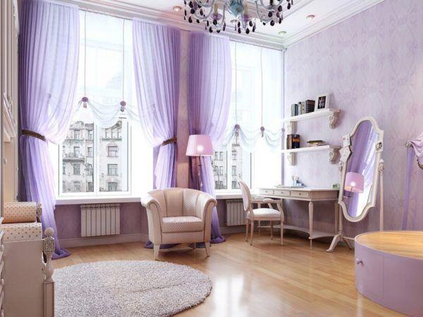 Фиолетовые шторы в зале являются ярким элементом комнаты