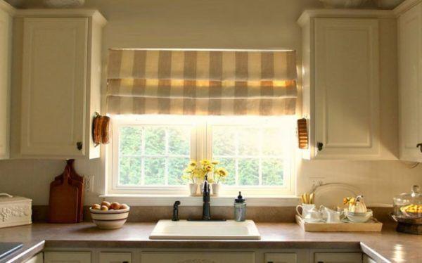 Римские шторы под бежевый стиль кухни