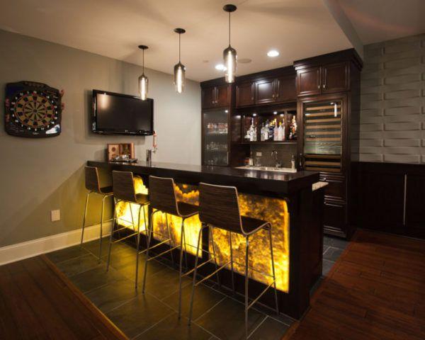 Абажуры или плафоны над барной стойкой должны акцентировать внимание над этой главной зоной кухни