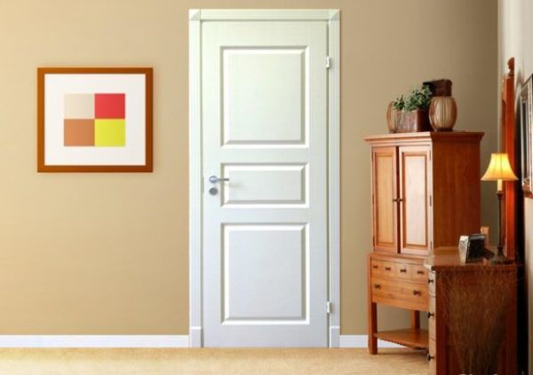 Белая дверь хорошо сочетается с шоколадными оттенками