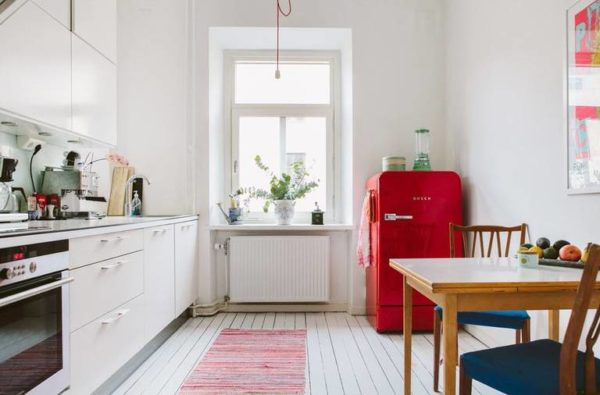 Белая кухня в классическом стиле с акцентом на красный холодильник
