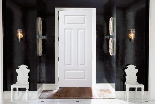 Белые двери хорошо смотрятся с белыми стульями
