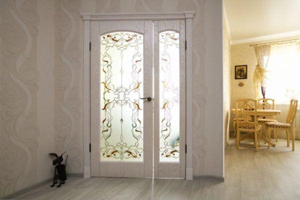 Белые межкомнатные «двери солнечного света»