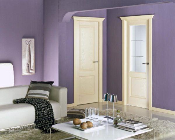 Белый цвет дверей в такой комнате наиболее уместный
