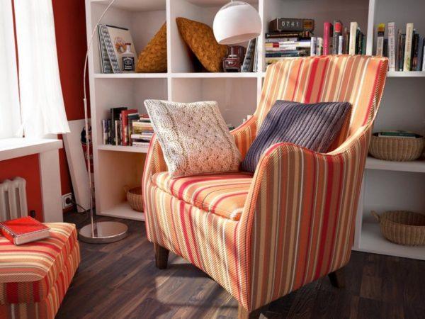 Библиотечная зона в планировке с удобным креслом и полкой с книгами