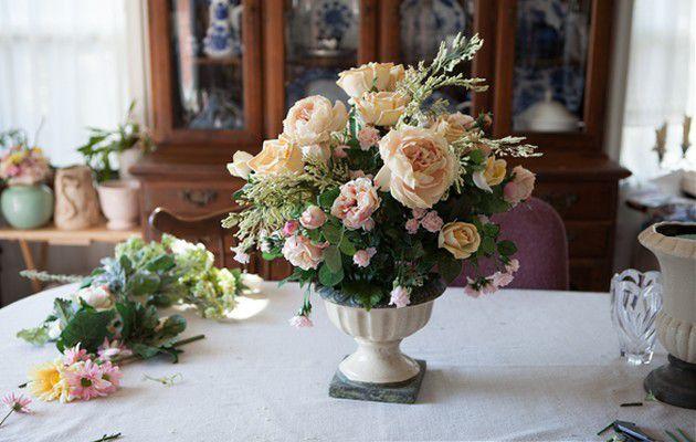 Букет искусственных роз в вазе