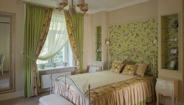 Вариант штор подобранных точно в соответствии с рисунком цветовых вставок на стенах