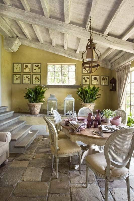 Все предметы мебели и отделка поверхностей несут в себе налет старины