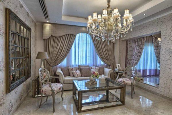 В классическом стиле для освещения комнаты используется классическая люстра