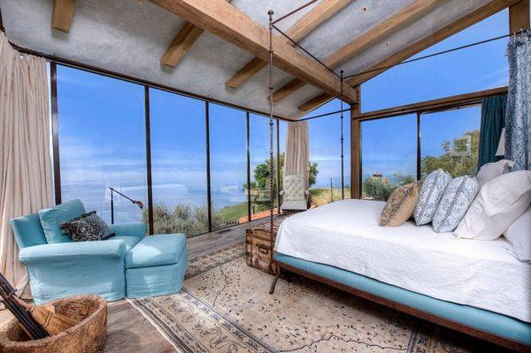 В средиземноморском стиле большое значение придается панорамным окнам, стеклянным дверям с выходом на балкон