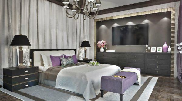 Гармоничное сочетание цветовой гаммы стен с оттенками мебели с яркими акцентами элементов декора в спальне стиля Арт-деко