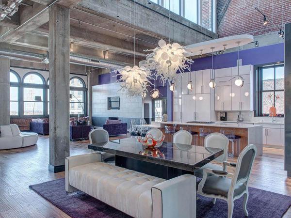 Гламурный Лофт в интерьере помещения с использованием оригинальных подвесных люстр для освещения