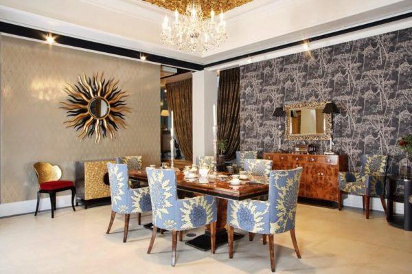 Гостиная в стиле Арт-деко с зеркалом, обрамленным золотыми лучами