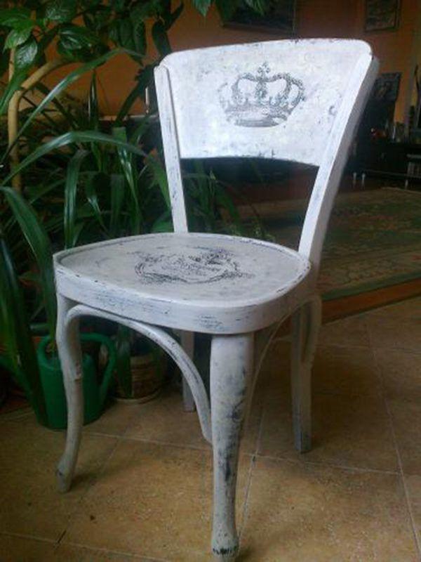 Декорация на стуле