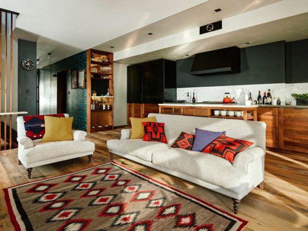 Деревянный пол и большой ковер на нем обязательный атрибут для загородного дома в американском стиле