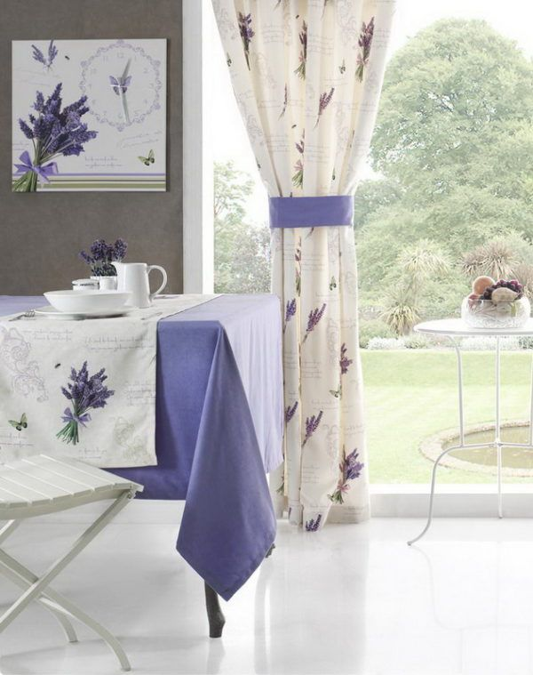 Длинные белые шторы с цветочным орнаментом в тон декоративных элементов на кухне