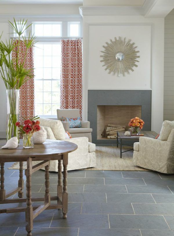 Длинные шторы с ярким орнаментом вносят изюминку в интерьер комнаты